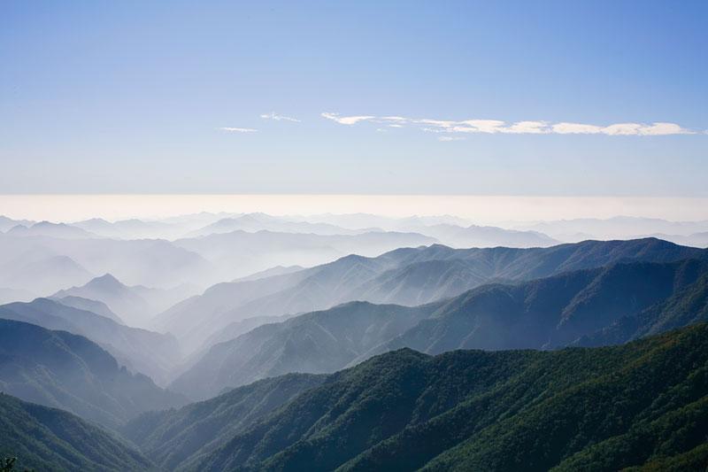 近畿最高峰・八経ヶ岳からの眺め:宿の名前をいただいている弥山・八経ヶ岳は百名山にも名を連ねる名峰です。かつて修験者たちが拓いた、苔むす原生林の道を歩いてみませんか?